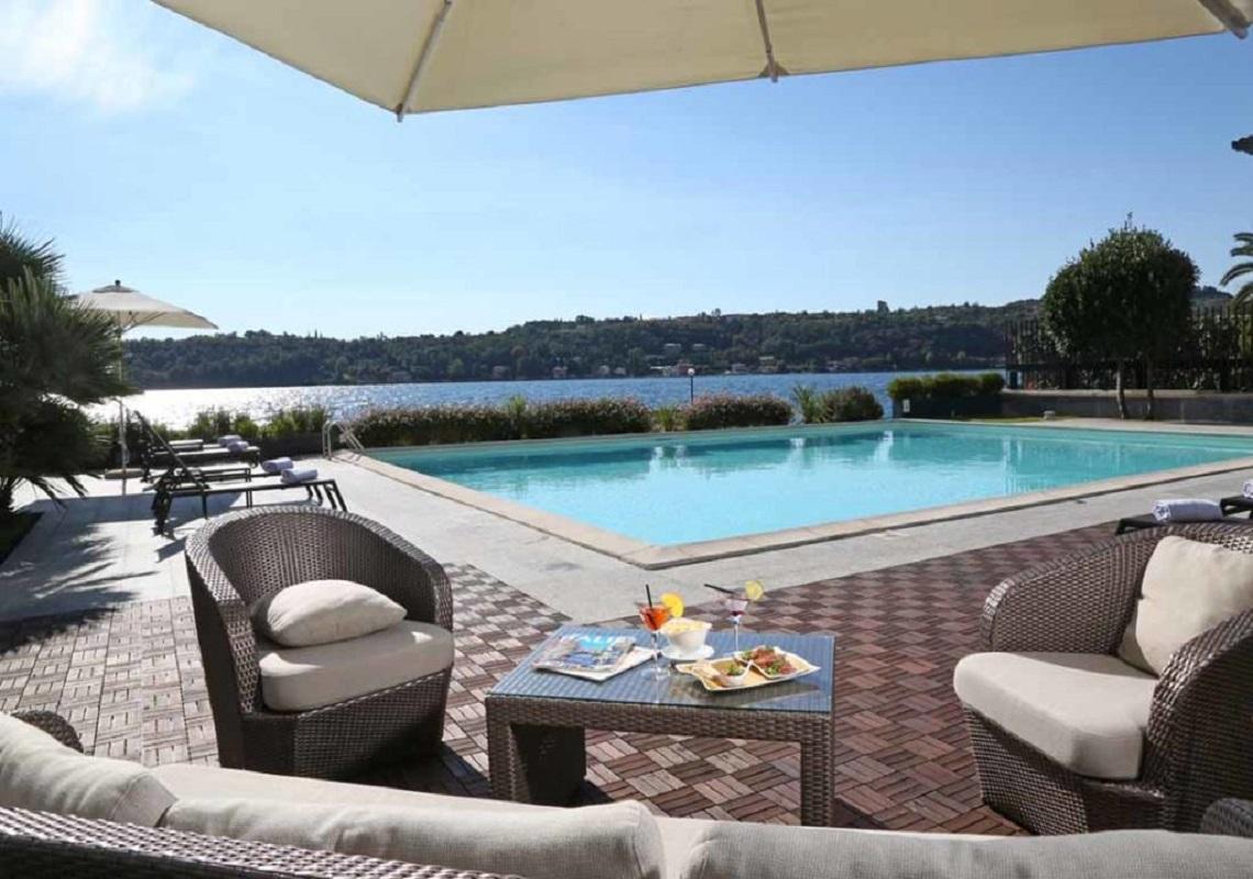 Vista dalla piscina dell'Hotel Salò du Parc a Salò. Geco Hotels